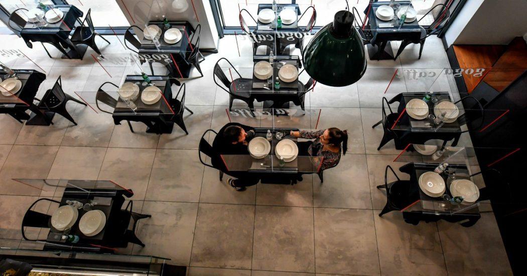 Foto Claudio Furlan - LaPresse  05 Maggio 2020 Milano (Italia)  News Fase 2 a Milano Nela foto: Gaga Café in via Giuliani con plexiglass ai tavoli per rispettare le misure sanitarie  Photo Claudio Furlan/Lapresse 05 May 2020 Milano (Italy) Phase 2 of the coronavirus emergency in Milan In the photo: Gaga Café in via Giuliani with plexiglass at the tables to comply with sanitary measures